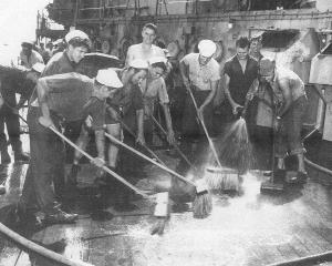 クロスローズ作戦後、戦艦を洗浄する米兵